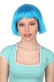 Uśmiechnięta dama z błękitną włosianą jest ubranym koszulką z bliska Biały tło Zdjęcie Royalty Free