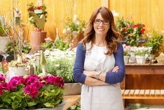Uśmiechnięta Dojrzała kobiety kwiaciarnia Obraz Royalty Free