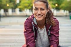 Uśmiechnięta dojrzała sporty kobieta zdjęcia stock