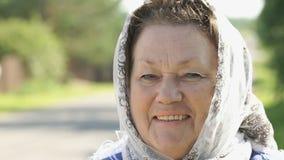 Uśmiechnięta dorosła kobieta w białej chusteczce outdoors zbiory