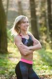 Uśmiechnięta dysponowana kobieta, Szczęśliwa kobieta przygotowywająca plenerowy ćwiczenie Zdjęcia Stock