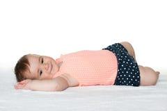 Uśmiechnięta dziecięca dziewczyna na białym ręczniku Zdjęcie Stock