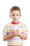 Uśmiechnięta dziecko chłopiec pije mleko Obrazy Royalty Free