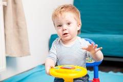 Uśmiechnięta dziecko chłopiec przy jego do domu Obrazy Stock