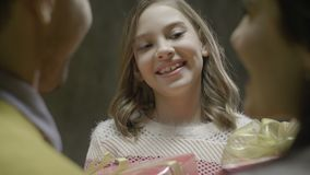Uśmiechnięta dziewczyna Bierze rodziny Xmas pudełko Od rodziców zbiory wideo