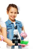 Uśmiechnięta dziewczyna i chemii klasa fotografia stock