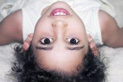Uśmiechnięta dziewczyna jest sprzeczna Obrazy Stock