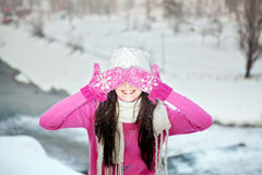 Uśmiechnięta dziewczyna na śnieżnym zimy tle Zdjęcia Stock
