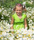 Uśmiechnięta dziewczyna na polu stokrotki Fotografia Stock