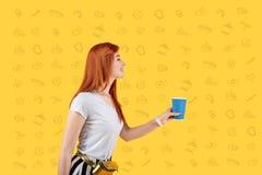 Uśmiechnięta dziewczyna odwiedza kawiarni i kupuje wyśmienicie herbaty zdjęcie stock