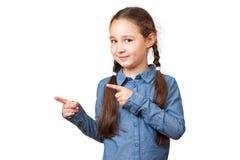 Uśmiechnięta dziewczyna pokazuje na boku Obrazy Stock
