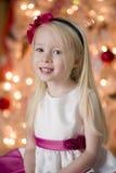 Uśmiechnięta dziewczyna przy bożymi narodzeniami Obraz Royalty Free