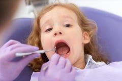 Uśmiechnięta dziewczyna przy dentystą obraz royalty free