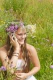 Uśmiechnięta dziewczyna target74_0_ na telefonie obrazy royalty free