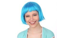 Uśmiechnięta dziewczyna w błękitnej peruce z bliska Biały tło Zdjęcia Stock