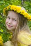 Uśmiechnięta dziewczyna w dandelion wianku zdjęcia royalty free