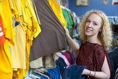 Uśmiechnięta dziewczyna w oszczędzanie sklepie 2 obrazy royalty free