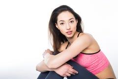 Uśmiechnięta dziewczyna w sportów ubraniach relaksuje po trenować na bławej macie Pojęcie sprawność fizyczna i aktywnego styl życ Zdjęcia Royalty Free