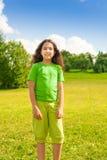 Uśmiechnięta dziewczyna w te parku Zdjęcie Royalty Free