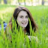 Uśmiechnięta dziewczyna w trawie Zdjęcia Stock