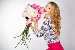 Uśmiechnięta dziewczyna z bukietem róże Zdjęcia Royalty Free