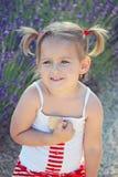 Uśmiechnięta dziewczyna z ciastkami zdjęcia royalty free