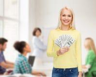 Uśmiechnięta dziewczyna z dolar gotówki pieniądze Obrazy Stock