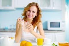 Uśmiechnięta dziewczyna z jogurtem obrazy royalty free