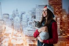 Uśmiechnięta dziewczyna z kotem w rękach Zdjęcia Stock