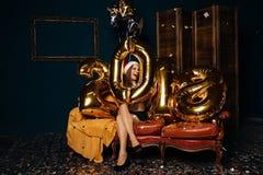 Uśmiechnięta dziewczyna z nowy rok balonami Zdjęcia Royalty Free