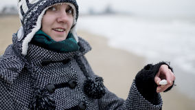 Uśmiechnięta dziewczyna z seashell Fotografia Royalty Free