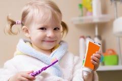 Uśmiechnięta dziewczyna z toothbrush i tubką Obraz Stock