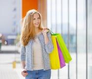 Uśmiechnięta dziewczyna z torba na zakupy obrazy royalty free