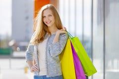 Uśmiechnięta dziewczyna z torba na zakupy zdjęcie stock