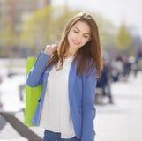 Uśmiechnięta dziewczyna z torba na zakupy obraz royalty free