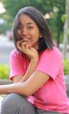 Uśmiechnięta dziewczyna z trądzikiem na jej twarzy Obrazy Royalty Free
