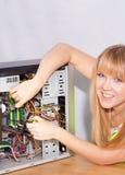 Uśmiechnięta dziewczyna załatwia komputer Obrazy Royalty Free