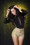 Uśmiechnięta elegancka brunetki kobieta. Obrazy Stock