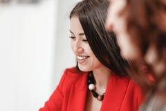 Uśmiechnięta elegancka dziewczyna ubierająca w czerwonym blezerze Projektanta biznesu styl obraz royalty free
