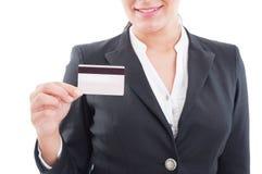Uśmiechnięta elegancka kobieta trzyma kartę debetową lub kredyt Obrazy Royalty Free