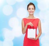 Uśmiechnięta elegancka kobieta w sukni z torba na zakupy Obrazy Royalty Free