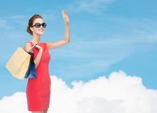 Uśmiechnięta elegancka kobieta w sukni z torba na zakupy Fotografia Stock