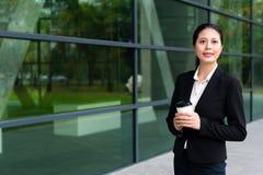 Uśmiechnięta faktorska kobieta trzyma gorącą kawy espresso filiżankę Obraz Royalty Free