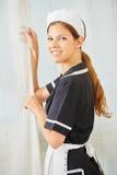 Uśmiechnięta gosposia w hotelu podczas housekeeping obraz royalty free