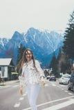 Uśmiechnięta hiptser dziewczyna na halnym tle Zdjęcia Royalty Free