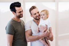 Uśmiechnięta homoseksualna para z dzieckiem fotografia royalty free