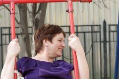 uśmiechnięta huśtawkowa kobieta fotografia royalty free