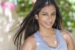 Uśmiechnięta Indiańska Azjatycka kobiety dziewczyna w zdrowie & sprawności fizycznej odzieży zdjęcie royalty free