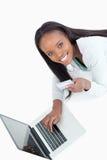 uśmiechnięta informaci karciana kredytowa wchodzić do kobieta Obrazy Stock
