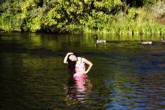 Uśmiechnięta Japońska Amerykańska kobiety pozycja W rzece Z gąskami Zdjęcia Stock